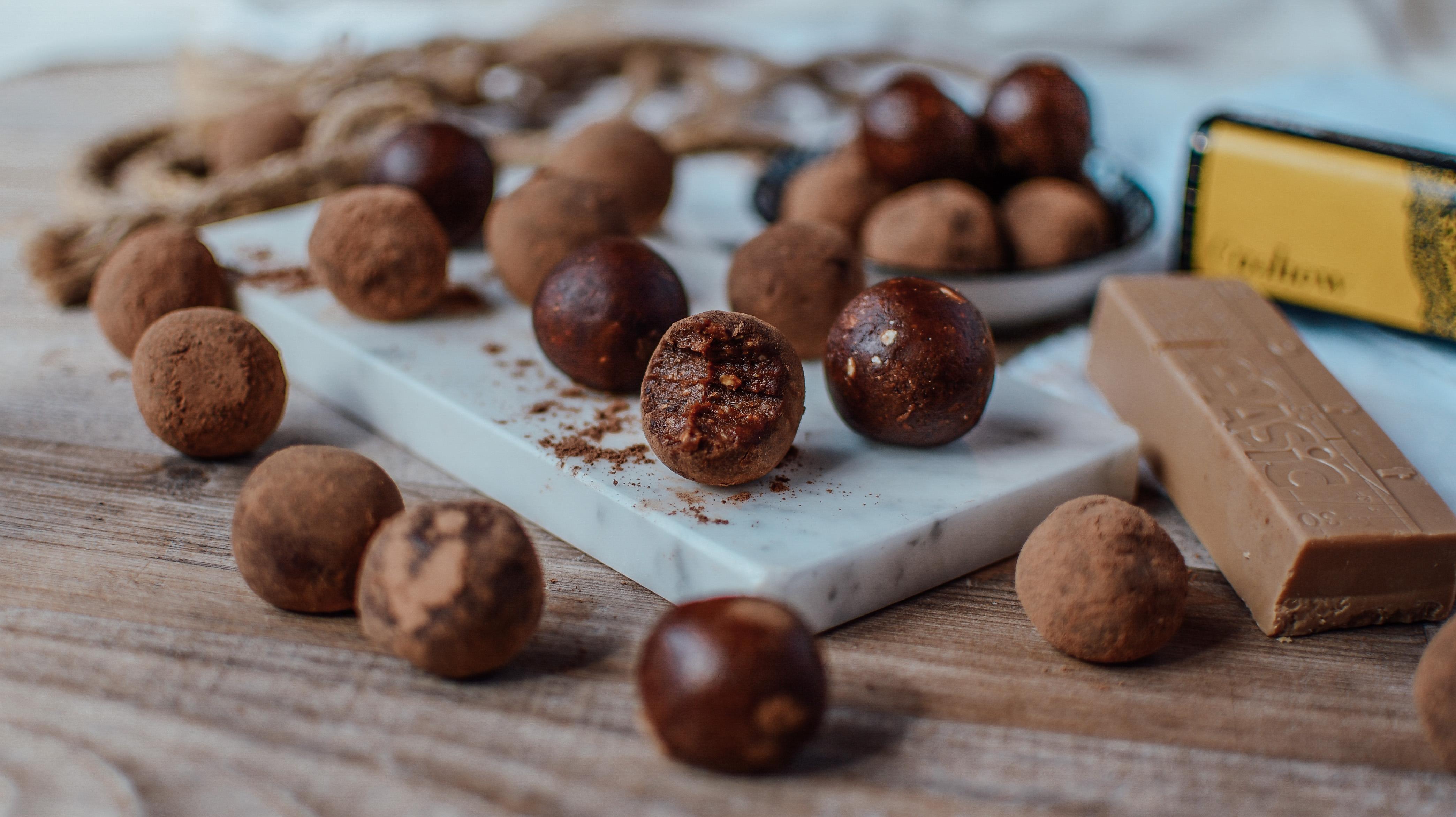 Dattelkonfekt-Cashew Fudge Bällchen