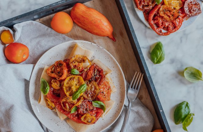 Gebackene Ofentomaten auf Pasta