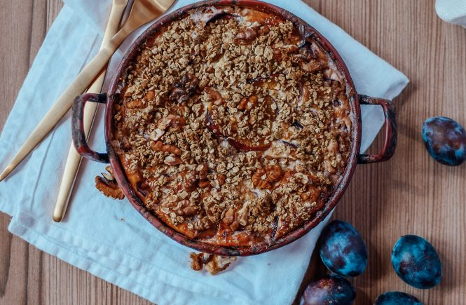 Healthy crumble with plums