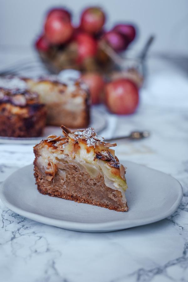 Stück Apfelkuchen mit Mandelblättchen und Pudding