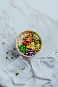 Vegetarischer Poke Bowl mit Tofu. #pokebowl #carinaberry