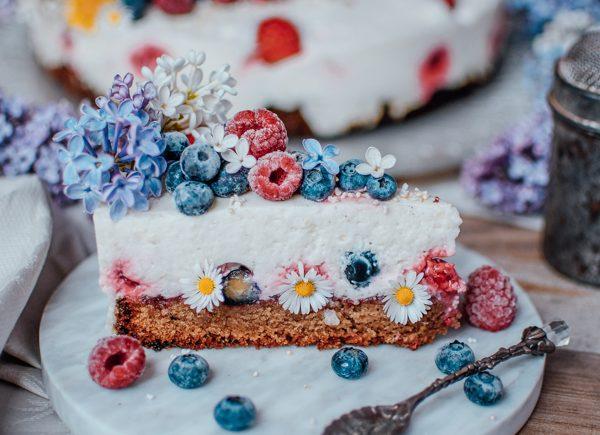 Protein Joghurt Torte zum Muttertag mit Beeren auf einer Marmorplatte