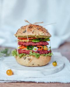 Veganer Burger mit Roter Beete