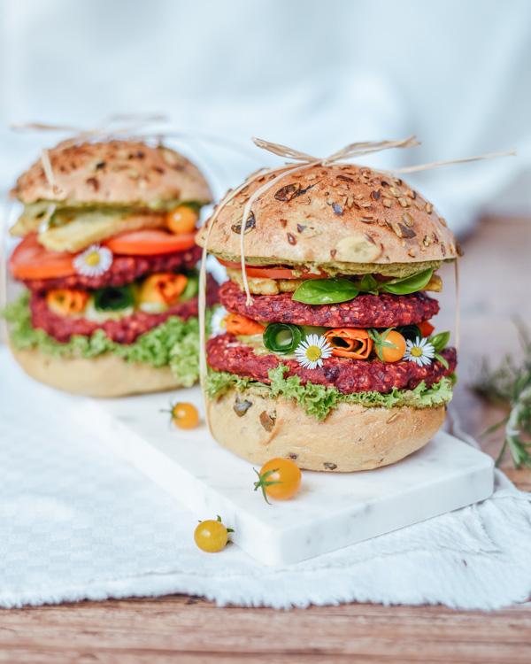 Veganer Burger mit Roter Beete und Tofu
