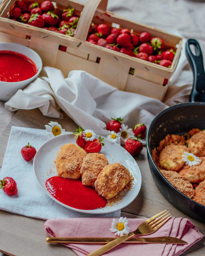 Topfennockerl mit Erdbeersoße
