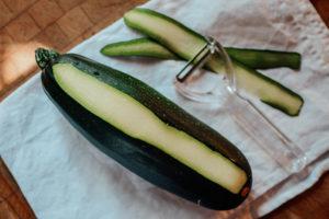 zoodles zubereiten mit einem Gemüseschäler